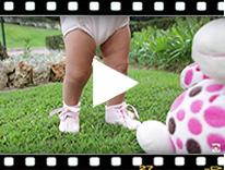 Video from Scarpe neonato di vernice con fiocco raso